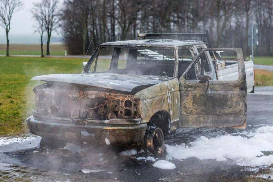 Der Pick-up brannte komplett aus.