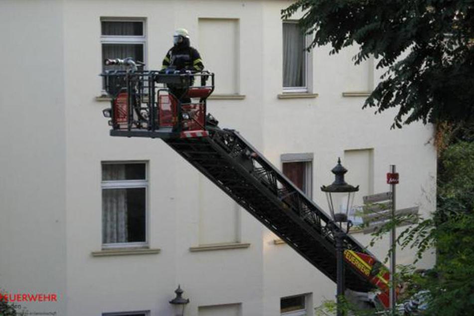 Von einer Drehleiter aus wurde die Wohnung gelöscht.