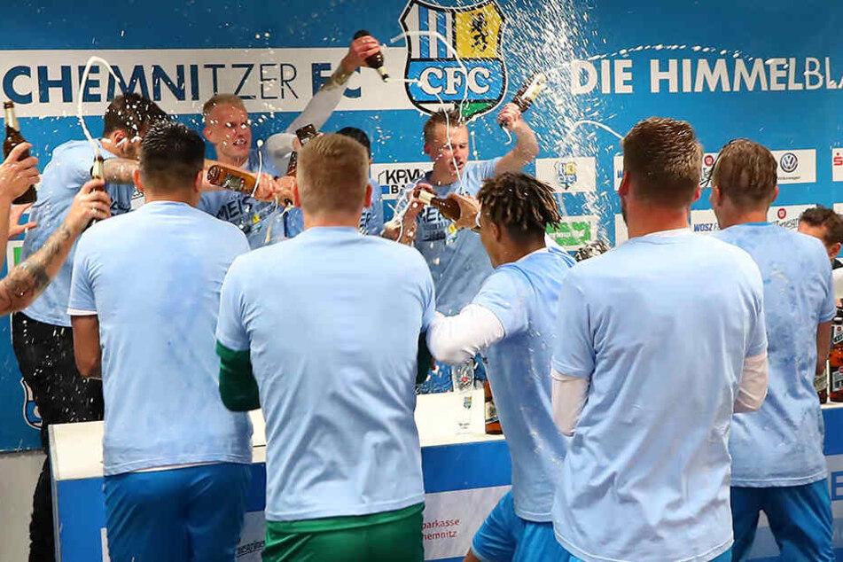 Die Spieler unterbrachen die Pressekonferenz und verpassten Trainer David Bergner eine Dusche.