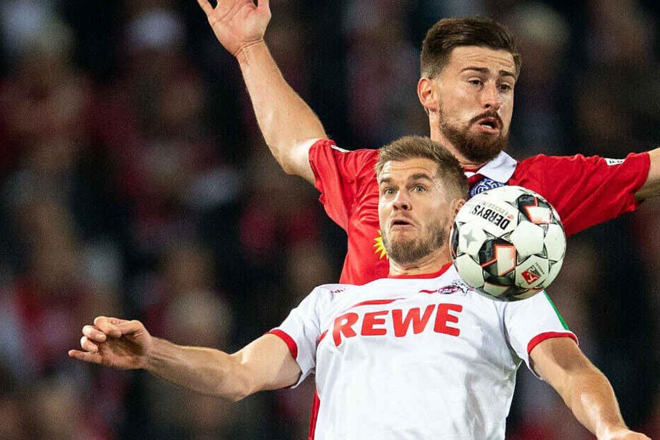 Szene aus dem Hinspiel in Löln: Kölns Simon Terodde (l) und Duisburgs Dustin Bomheuer kämpfen um den Ball. Der MSV gewann 2:1.