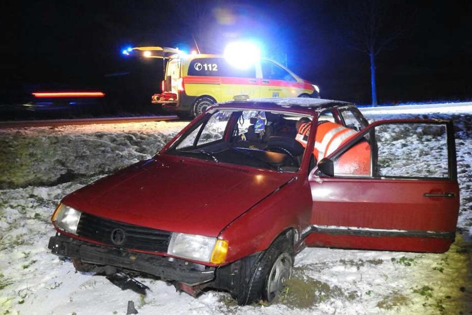 Nach dem Crash kamen fünf Personen ins Krankenhaus: Die schwangere Fahrerin (50), der Beifahrer (39) sowie drei Kinder.