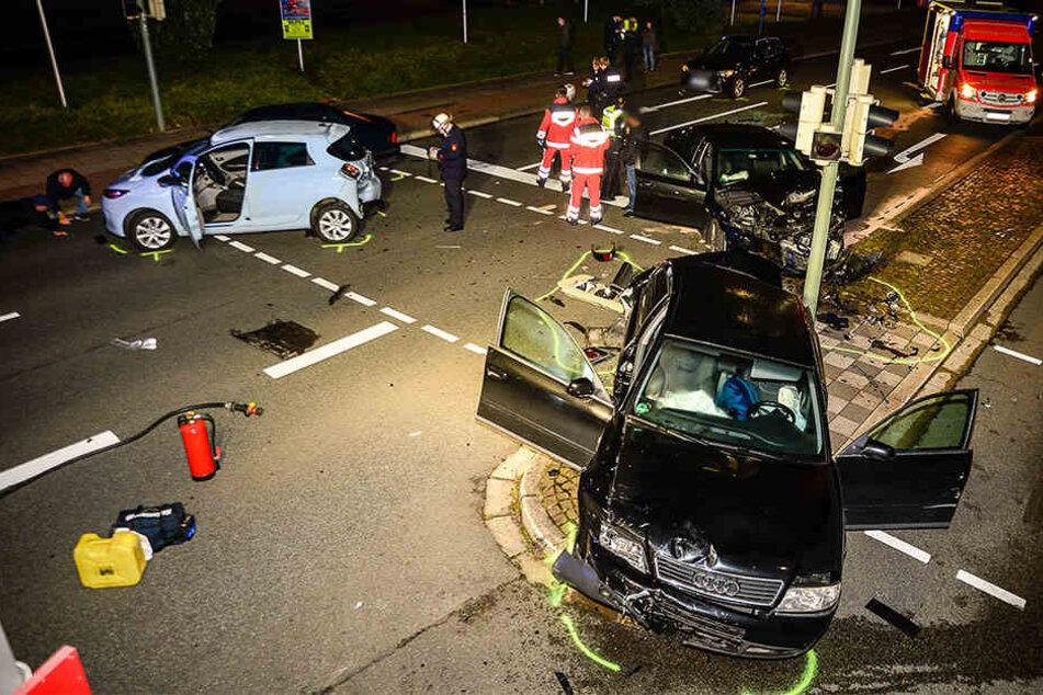 Sechs Verletzte bei heftigem Crash: BMW schiebt vier Autos ineinander
