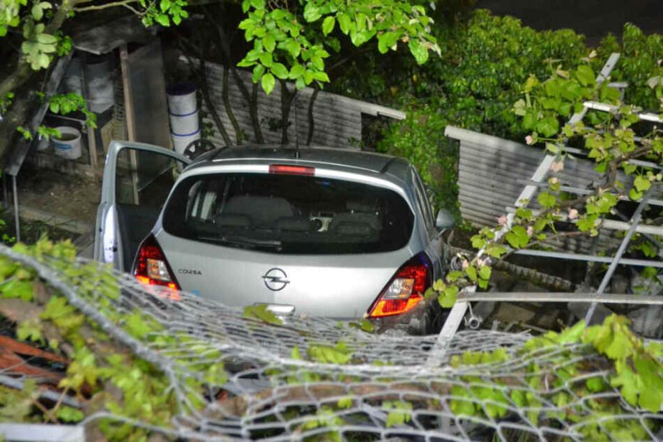 Da lag er, der Opel. Im Vordergrund: der plattgefahrene Zaun.
