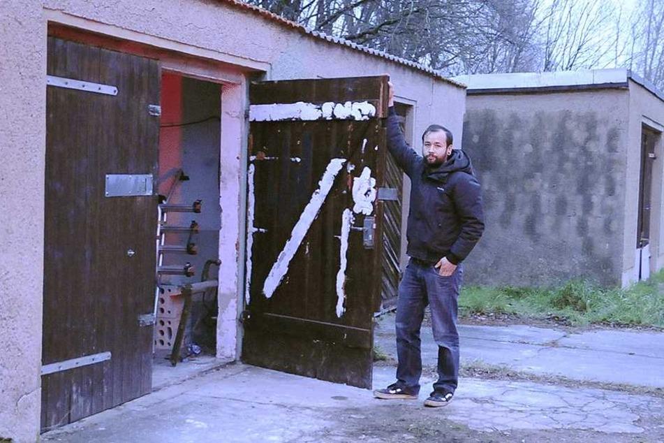 Marco Böber steht hilflos vor seiner Garage: Hier klauten ihm Ganoven drei Zweiräder.