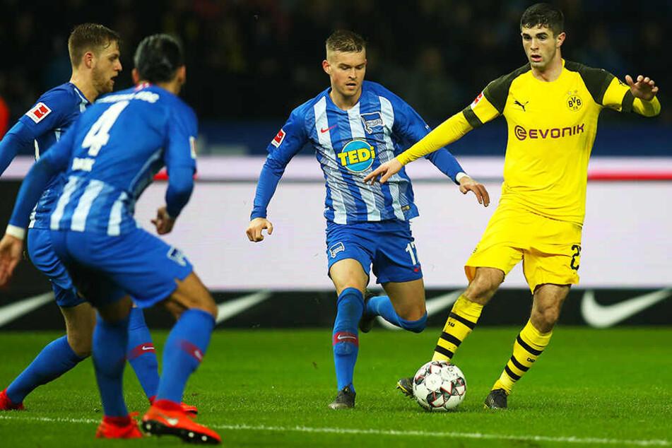 Umzingelt: Dortmunds Christian Pulisic (r.) wird von den Berlinern Maximilian Mittelstädt (Zweiter von rechts), Arne Maier (l.) und Karim Rekik angegriffen.