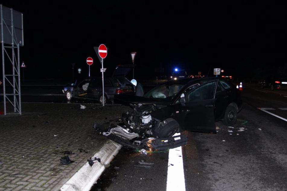 Bei dem Unfall ist ein Polizei-Wagen im Hintergrund zu sehen.