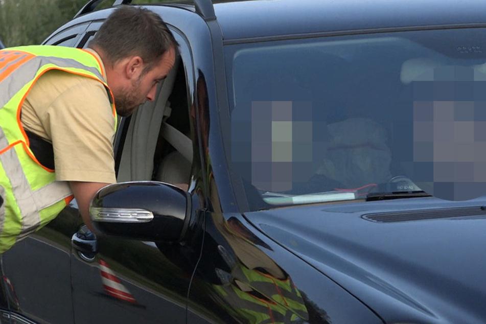 Drei Menschen bei Unfall aus Auto geschleudert