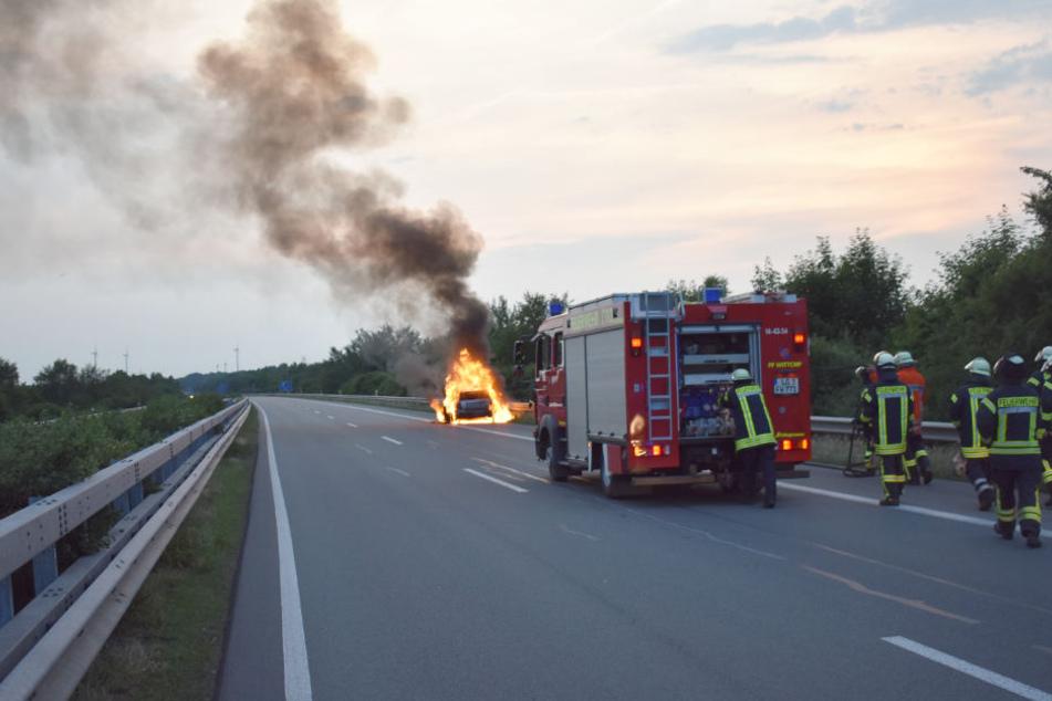Die Feuerwehr sichert die Unfallstelle.