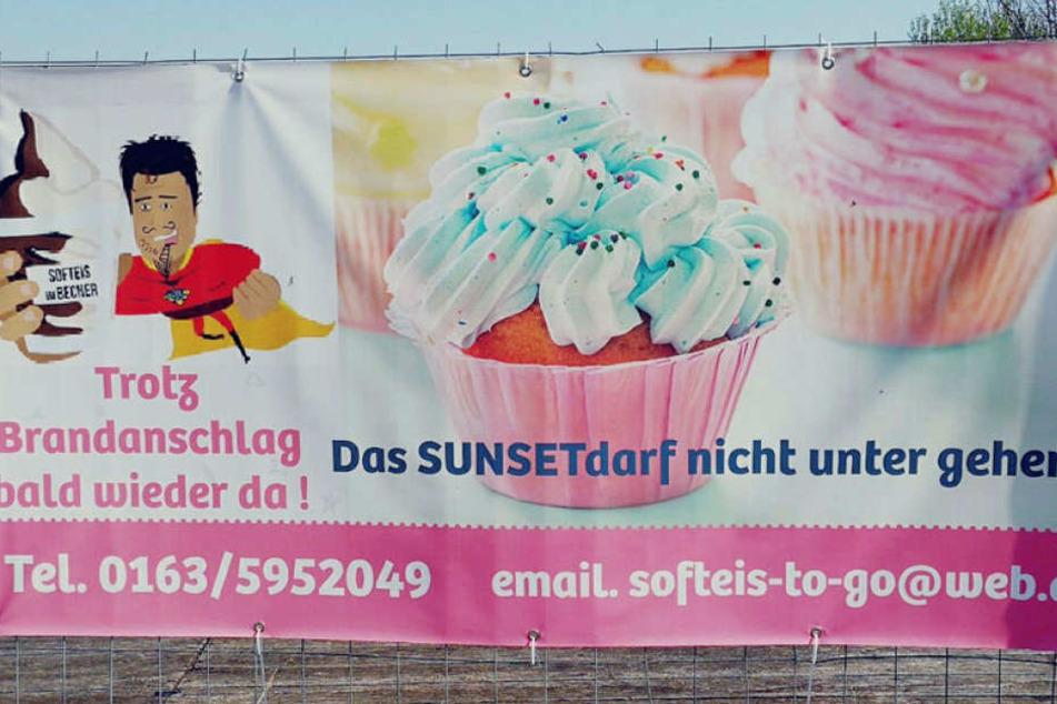 """""""Trotz Brandanschlag bald wieder da"""", steht auf einem Plakat an dem Bauzaun. Doch die bei Radfahrern und Badegästen beliebte Eisdiele wird es nun nicht mehr geben."""