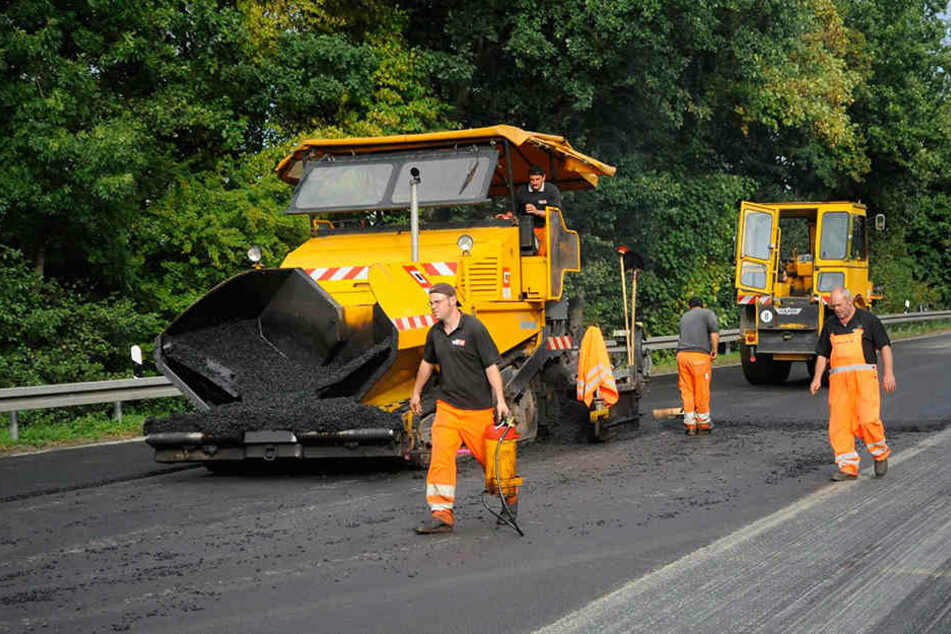 Teermaschine: Mit dem neuen Programm können Straßen gezielter erhalten und ausgebaut werden.