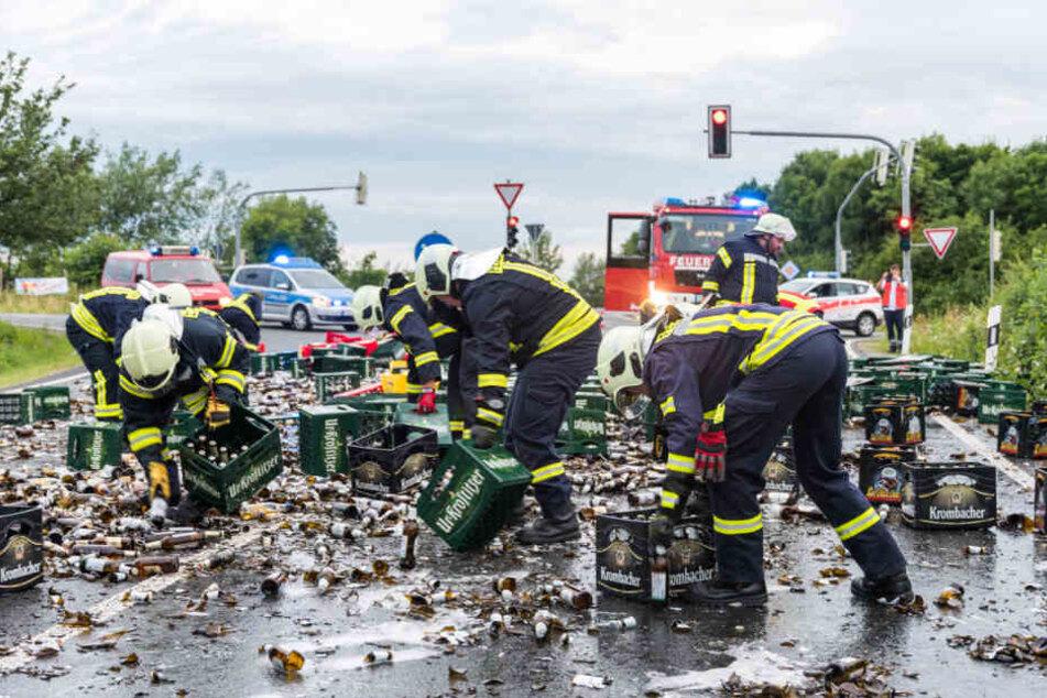 Die Feuerwehr sammelte die Flaschen und Kästen von der Fahrbahn ein.