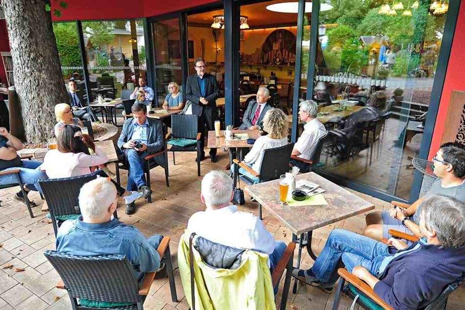 Der Chemnitzer Abgeordnete Frank Heinrich (53, CDU) hatte die Chemnitzer zum Bürgerdialog in den Biergarten des Miramar eingeladen.
