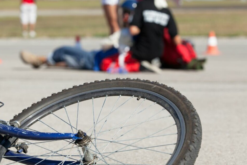 Schwerer Unfall! Radfahrerin von Auto erfasst und auf Frontscheibe geschleudert