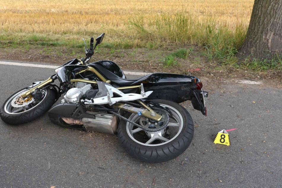 Tödlicher Crash: Biker prallt gegen Baum