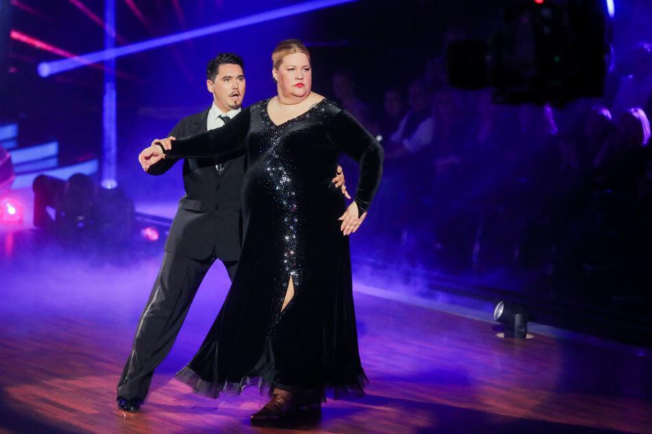 """Ilka Bessin, Komikerin, und Erich Klann, Profitänzer, tanzen in der RTL-Tanzshow """"Let's Dance""""."""