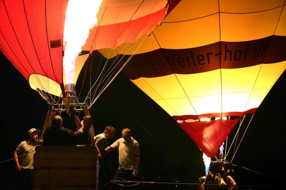 Ballonfahrer befeuern ihre Heißluftballons.