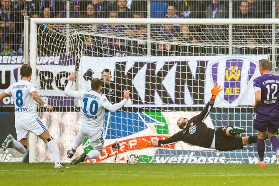 Die Führung für den HSV: Pierre-Michel Lasogga (Zweiter von links) grätscht den Ball zum 1:0 ins Auer Tor.