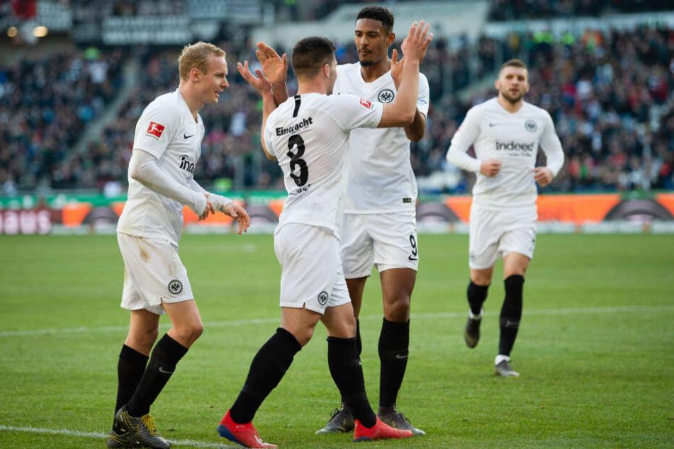 Luka Jovic (Mi.) erzielte das 2:0 der Eintracht gegen Hannover 96 - sein 15. Treffer in dieser Bundesliga-Saison.