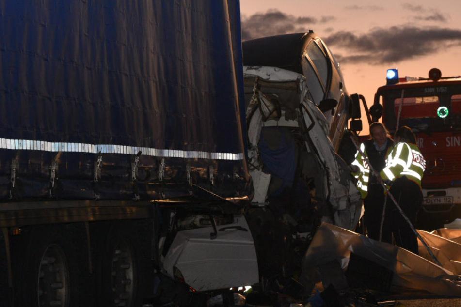 Ein Transporter krachte in einen LKW: Transporter-Fahrer verstarb noch an der Unfallstelle.
