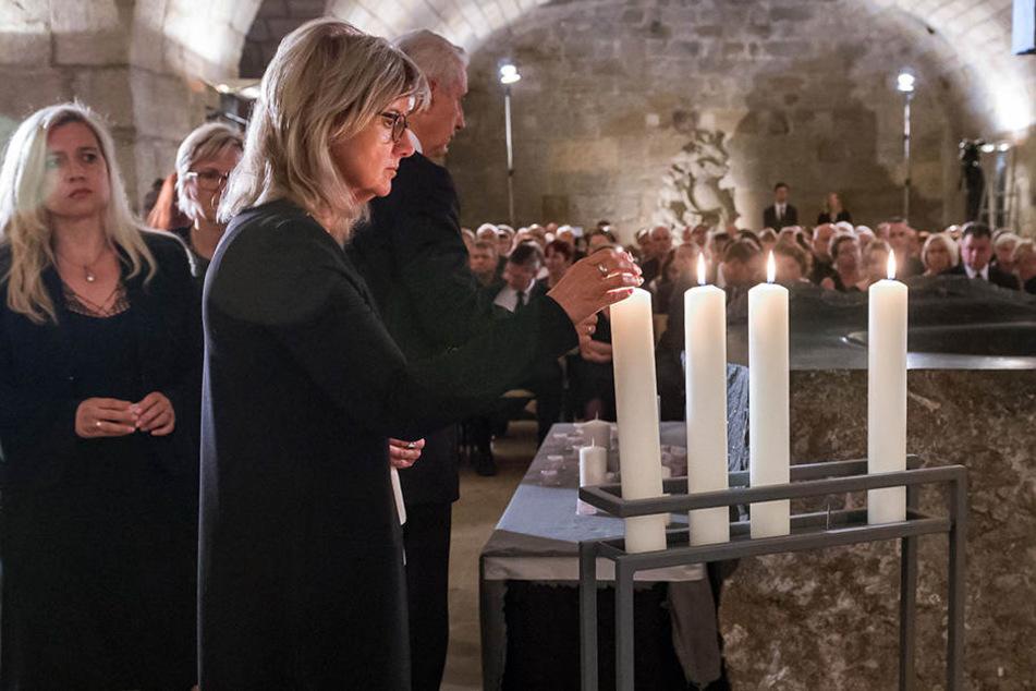 Angehörige, Freunde und Politiker zündeten Kerzen an - hier die erste Vizepräsidentin des sächsischen Landtags, Andrea Dombois (58).
