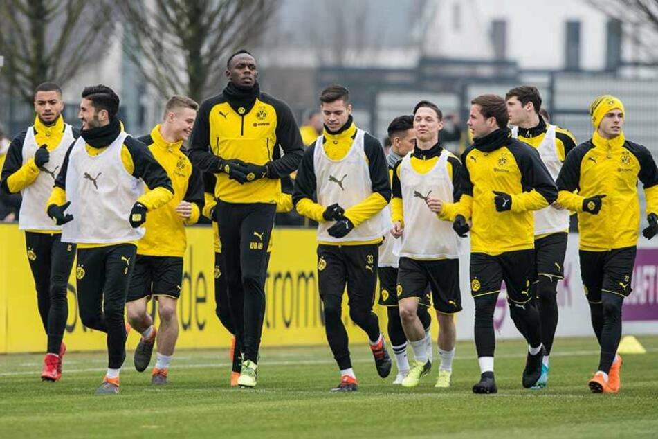 Usain Bolt überragt seine Mannschaftskameraden deutlich.