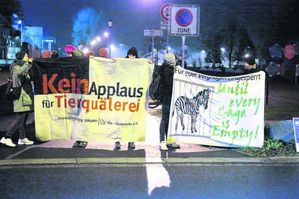30 Tierschützer mit Plakaten und Trommeln versammelten sich vor Ort.