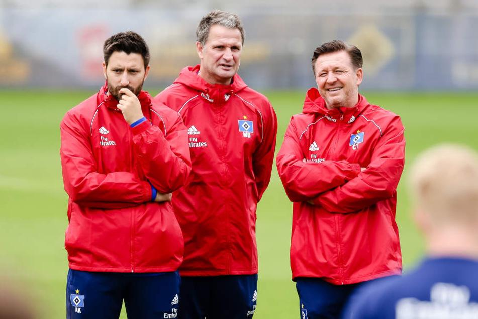 Der Co-Trainer des Hamburger SV Andre Kilian (l-r), Talentbegleiter Marinus Bester und HSV-Trainer Christian Titz, stehen zusammen.