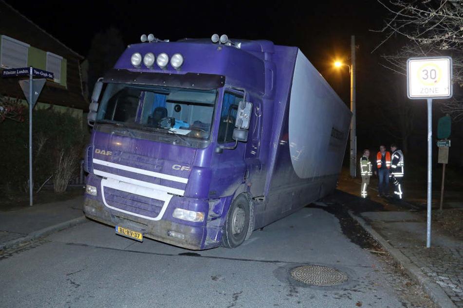 Ein Brummi ist am Abend in Dresden mit dem Hinterrad in die Straße eingebrochen und konnte nicht mehr weiterfahren.