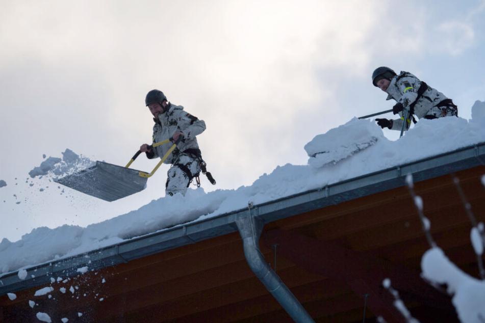 Die Helfer kämpfen gegen die Schneemassen.