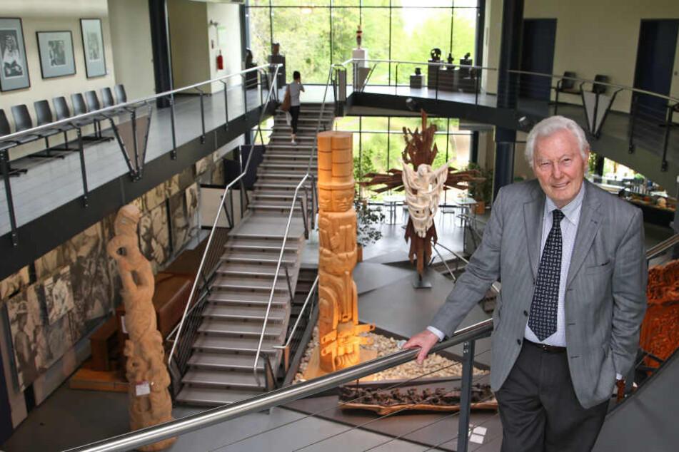 """Peter Daetz in der Ausstellung """"Meisterwerke in Holz"""", die ab Januar vorübergehend geschlossen wird."""