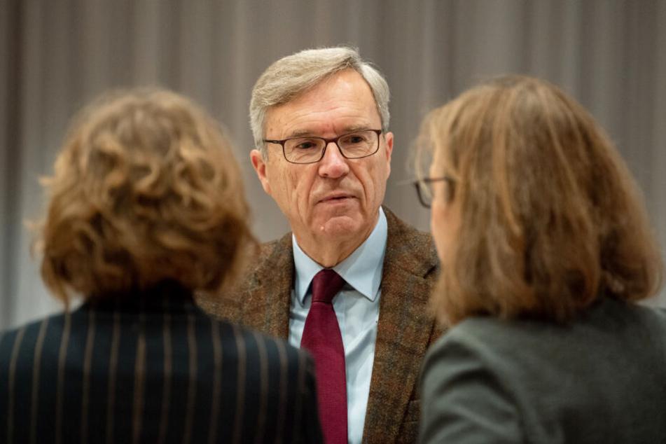 Henning Saß, Sachverständiger im Prozess gegen Niels Högel, spricht mit dessen Anwältinnen Kirsten Hüfken (links) und Ulrike Baumann.