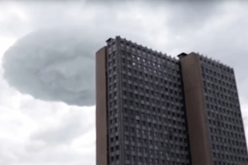 Diese Wolke ist dunkler und ganz anders geformt.