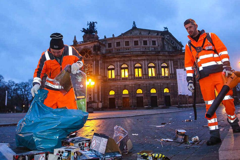 Schichtbeginn vorm Sonnenaufgang: Olaf Reitmeier (54, l.) und Kai Hoffmann (35) von der Stadtreinigung sammelten am Theaterplatz Silvestermüll ein.
