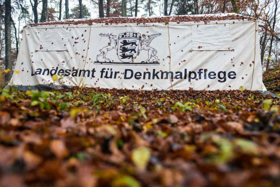 Ein Zelt vom Landesamt für Denkmalpflege Baden-Württemberg steht bei einer Ausgrabung 2016 im Wald in Zwiefalten.