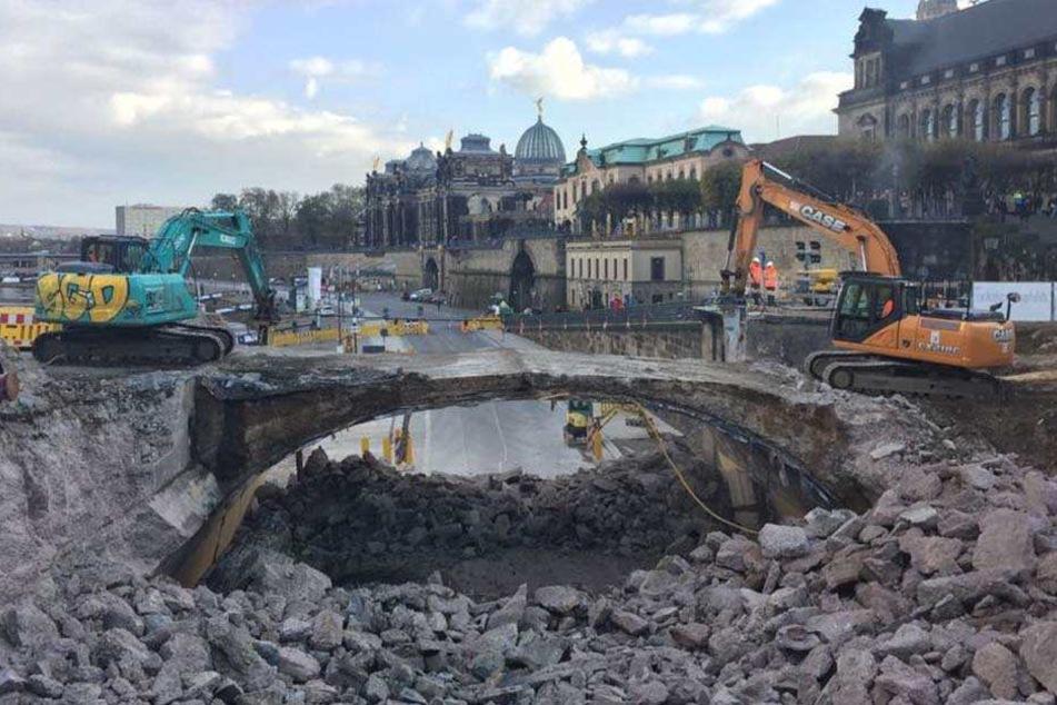 Die Abbrissarbeiten auf der Augustusbrücke sind in vollem Gange.