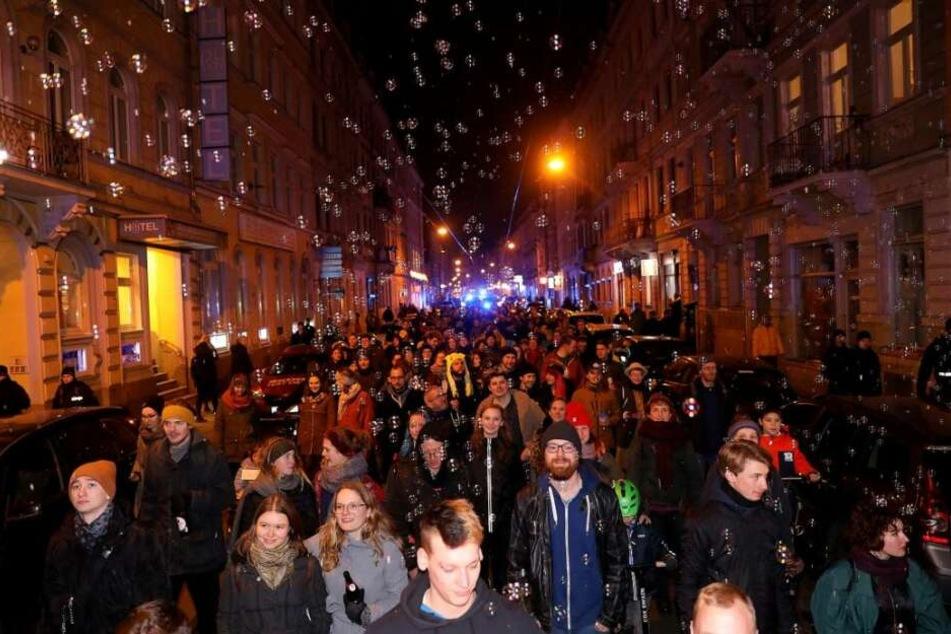 Fröhlich, ausgelassen und mit jeder Menge Seifenblasen zieht der 1. Dresdner SeifenOpernBall durch die Stadt.