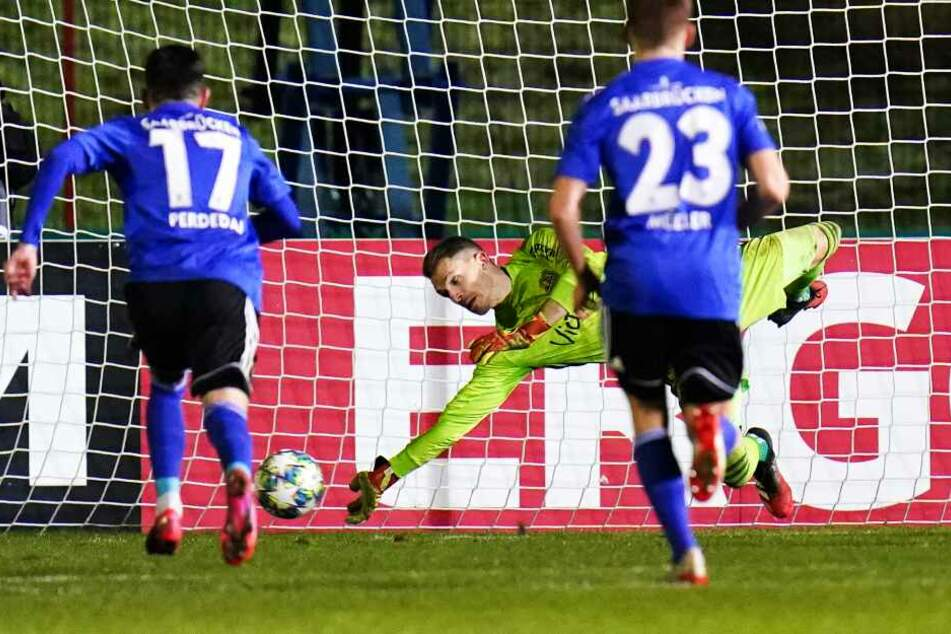 FCS-Keeper Daniel Batz (M.) parierte im Spiel den Strafstoß von Rouwen Hennings (nicht im Bild) und im Elfmeterschießen gleich vier weitere Elfer.