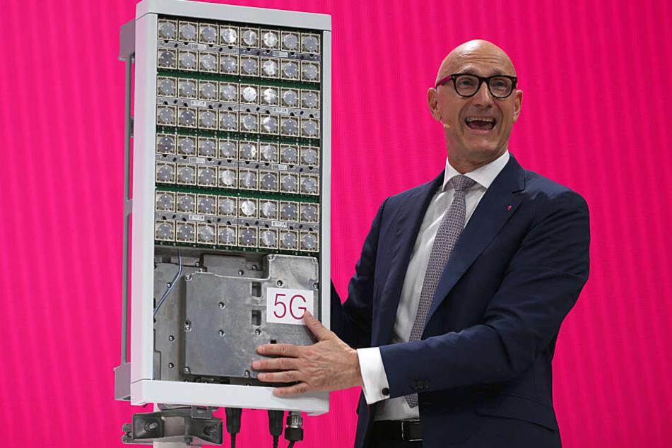 Timotheus Höttges, Vorstandsvorsitzender der Deutschen Telekom, spricht neben einer 5G Antenne zu den Aktionären.