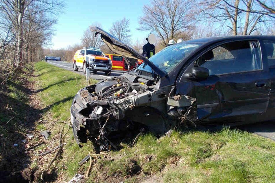 Das Auto musste schwer beschädigt abgeschleppt werden.