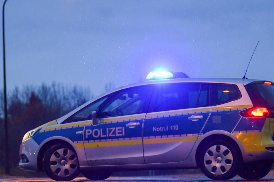 Die Polizei hat beim Tatverdächtigen eine Schreckschusswaffe und ein Messer gefunden. (Symbolbild)