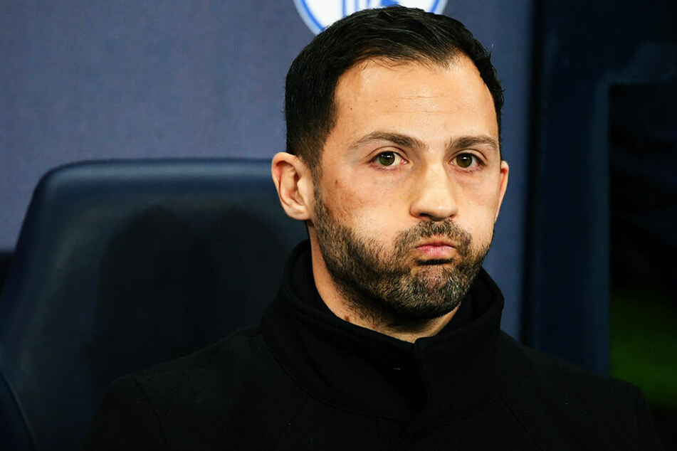 Für Schalke-Trainer Domenico Tedesco dürfte es nach der fünften Niederlage in Folge langsam richtig eng werden.