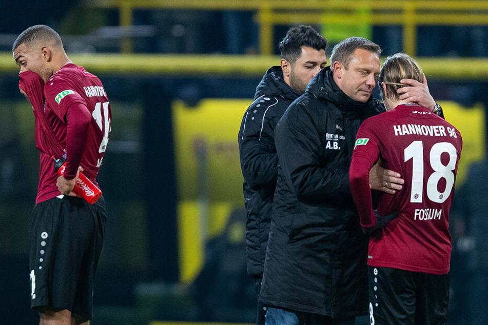 Verabschiedete sich bereits auf dem Feld von seiner Mannschaft: Hannovers Ex-Coach André Breitenreiter (Zweiter von rechts).