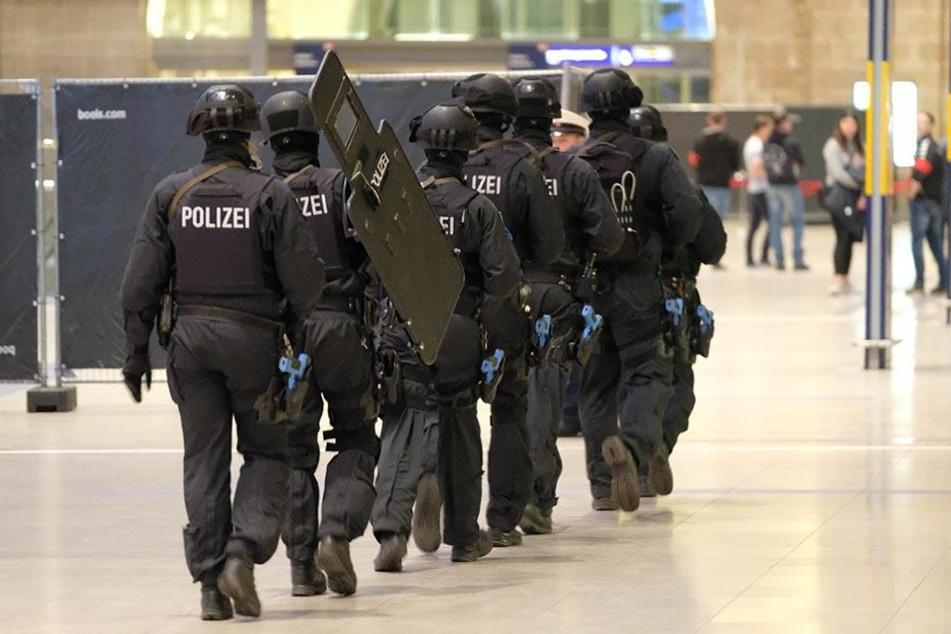 Polizei, Feuerwehr, Rettungsdienste und die Deutsche Bahn übten in der Nacht vom 16. zum 17. Mai das Vorgehen bei einem Terroranschlag.