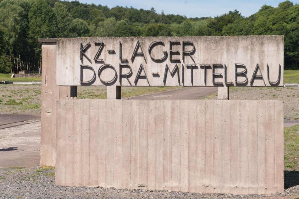 An einem Hinweisschild zur KZ-Gedenkstätte Mittelbau Dora waren die Schmierereien. (Archivbild)