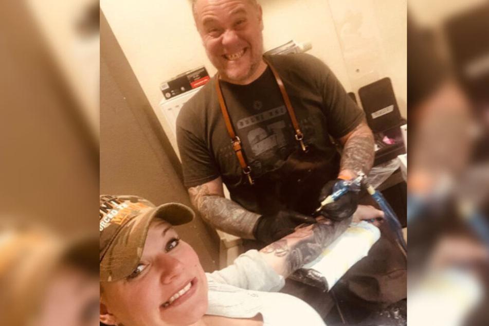 Hat gar nicht weh getan... Melanie Müller (31) ließ sich ein neues Motiv auf den Arm stechen.