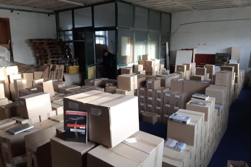 """Kisten voller Bücher beschlagnahmten Beamte der Soko Rex in der Leipziger Lagerhalle vom Versand """"Der Schelm""""."""
