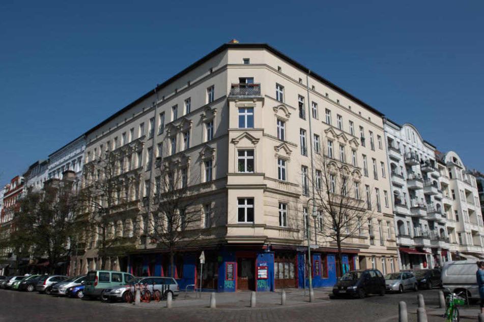 In der Straßenecke Lychener Straße/Raumerstraße wurden nach Angaben der Polizei am Dienstagabend zwei Kippa tragende Männer von drei bislang Unbekannten antisemitisch beschimpft und attackiert.