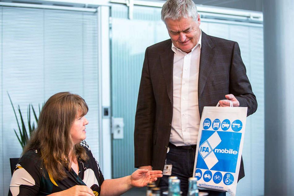 Siegfried Bülow zeigt Redakteurin Pia Lucchesi einen original IFA-Beutel, den er Stunden zuvor von einem ehemaligen Barkas-Mitarbeiter zum Abschied geschenkt bekommen hat.