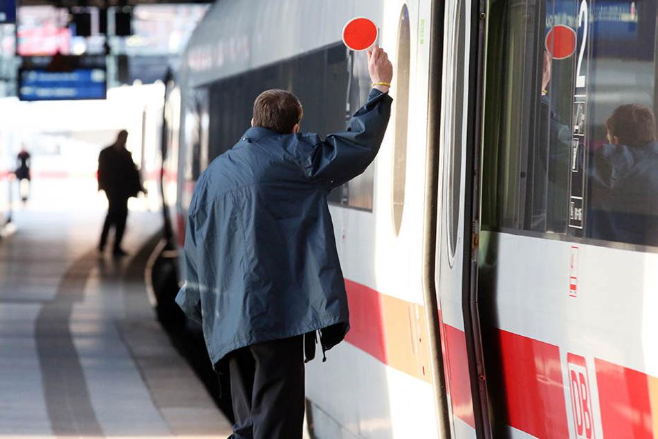 Am Wochenende kam es im Bereich Halle (Saale) zu mehreren Übergriffen auf Zugbegleiter. (Symbolbild)
