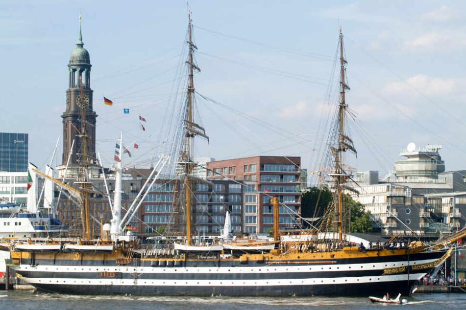 """Die """"Amerigo Vespucci"""" liegt bis Montag an der Überseebrücke in Hamburg."""